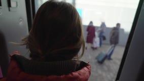 De jonge vrouw krijgt uit de treinauto stock video