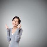 De jonge vrouw kruist vingers Royalty-vrije Stock Foto