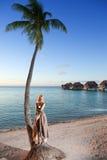 De jonge vrouw in lange sundress op een tropisch strand polynesia Stock Fotografie