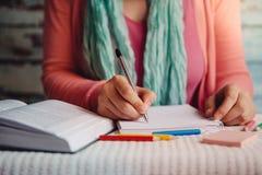 De jonge vrouw las en schrijft, onderwijs of vrije tijdsconcept met student stock afbeeldingen