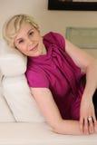 De jonge vrouw leunt tegen ontspannen stoel stock afbeelding