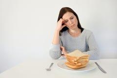 De jonge vrouw lijdt aan een gluten stock fotografie
