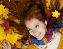 De jonge vrouw loopt in het de herfsthout Royalty-vrije Stock Foto's