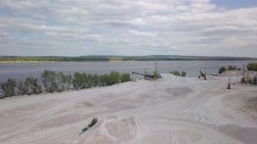 De jonge vrouw loopt op onderstel van kalksteen in zonnige dag, over vliegt de hommel, tonend panorama stock video