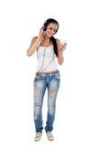 De jonge vrouw luistert aan geïsoleerdee muziek Royalty-vrije Stock Afbeelding