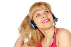 De jonge vrouw luistert een muziek Stock Fotografie
