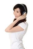 De jonge vrouw luistert muziek stock afbeeldingen