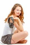 De jonge vrouw luistert vreugdevol aan audio Royalty-vrije Stock Foto's