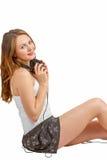 De jonge vrouw luistert vreugdevol aan audio Royalty-vrije Stock Foto