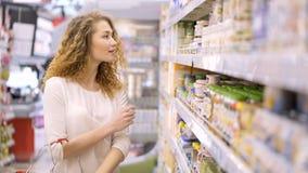De jonge vrouw maakt aankopen in handelscentrum stock video