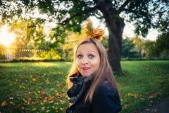 De jonge vrouw maakt een grimas in herfstpark royalty-vrije stock foto
