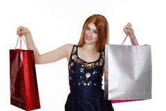 De jonge vrouw maakt het winkelen Stock Afbeeldingen