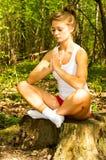 De jonge vrouw in meditatie stelt royalty-vrije stock foto's