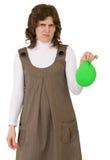 De jonge vrouw met blaast ballon weg Royalty-vrije Stock Foto