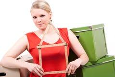 De jonge vrouw met een huissymbool zit bij het bewegen van doos Stock Fotografie