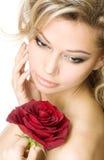 De jonge vrouw met een rood nam toe Stock Foto