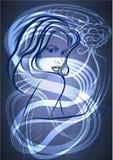 De jonge vrouw met een slang in blauw Stock Afbeeldingen