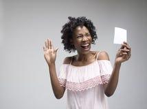 De jonge vrouw met een verraste uitdrukking won een weddenschap royalty-vrije stock fotografie