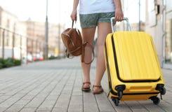 De jonge vrouw met geel draagt Stock Foto's