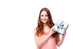 De jonge vrouw met giftbox die op wit wordt geïsoleerd Stock Afbeeldingen