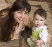 De jonge vrouw met het kind Stock Afbeeldingen