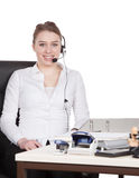 De jonge vrouw met hoofdtelefoon zit bij het bureau royalty-vrije stock afbeeldingen