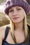 De jonge vrouw met magenta breit hoed Stock Foto