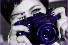 De jonge vrouw met mooie heldere ogen neemt foto op de camera Modieus ultraviolet artistiek beeld stock afbeelding