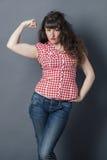 De jonge vrouw met retro wildzang zoekt vrouwelijke macht stock foto's