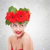 Vrouw met rode gerberabloemen op haar hoofd Royalty-vrije Stock Fotografie
