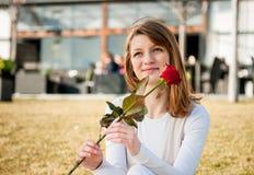 De jonge vrouw met rood nam toe Royalty-vrije Stock Afbeelding