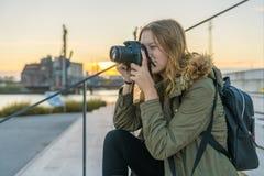 De jonge vrouw neemt een beeld royalty-vrije stock afbeeldingen