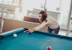 De jonge vrouw neemt het snookerschot royalty-vrije stock fotografie