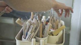 De jonge vrouw neemt leeswijzers in aardewerkworkshop stock videobeelden
