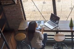 De jonge vrouw ontspant met een kop van koffie royalty-vrije stock afbeeldingen