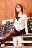 De jonge vrouw ontspant op bank Stock Foto