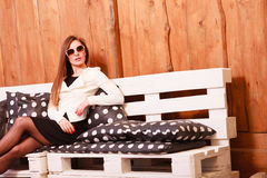 De jonge vrouw ontspant op bank Stock Foto's