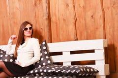De jonge vrouw ontspant op bank Royalty-vrije Stock Fotografie