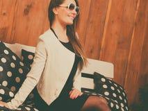De jonge vrouw ontspant op bank Royalty-vrije Stock Foto's