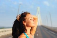 De jonge vrouw ontspant op brug Royalty-vrije Stock Foto's