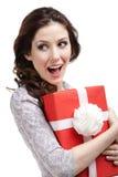 De jonge vrouw overhandigt de gift van een nieuw jaar Stock Afbeeldingen