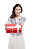 De jonge vrouw overhandigt een gift Royalty-vrije Stock Fotografie