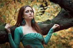 De jonge vrouw in park Royalty-vrije Stock Foto's