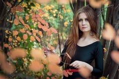De jonge vrouw in park Royalty-vrije Stock Afbeeldingen