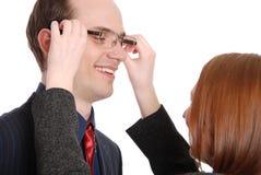 De jonge vrouw probeert op glazen aan de zakenman Stock Afbeeldingen