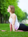 De jonge vrouw rekt zich in het park uit Royalty-vrije Stock Fotografie