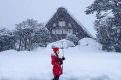 De jonge vrouw shirakawa-gaat binnen dorp in de winter, Unesco-de plaatsen van de werelderfenis, Japan stock fotografie