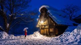 De jonge vrouw shirakawa-gaat binnen dorp in de winter, Unesco-de plaatsen van de werelderfenis, Japan stock foto's