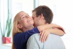 De jonge vrouw sluit haar ogen en het omhelzen van haar vriend Stock Afbeeldingen