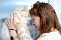 De jonge vrouw speelt met haar kat stock fotografie